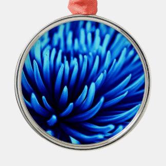 Ornamento azul de la flor del crisantemo adorno redondo plateado