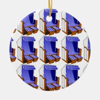 Ornamento azul y blanco de las sillas de playa del adorno navideño redondo de cerámica