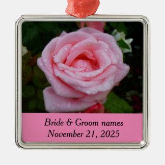 Ornamento color de rosa rosado del aniversario adorno cuadrado plateado