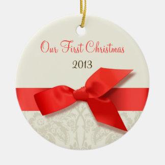 Ornamento coralino y de color topo del recuerdo adorno navideño redondo de cerámica