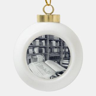 Ornamento de la bola del navidad de los libros adorno
