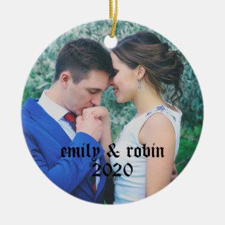 Ornamento de la foto del monograma del par adorno navideño redondo de cerámica