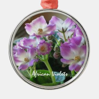 Ornamento de las flores de las violetas africanas adorno redondo plateado