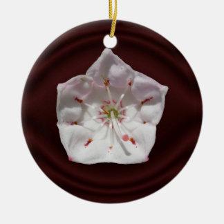 Ornamento del ~ de la flor del laurel de montaña adorno navideño redondo de cerámica
