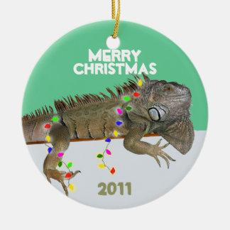 Ornamento del navidad de la iguana con la adorno redondo de cerámica