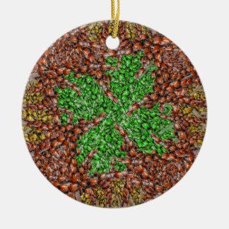 Ornamento del trébol de la mariquita adorno redondo de cerámica