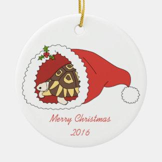 Ornamento dispuesto en ángulo personalizable de la adorno navideño redondo de cerámica