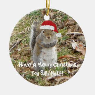 Ornamento divertido de la ardilla del navidad adorno navideño redondo de cerámica