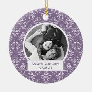 Ornamento púrpura y corazones blancos que casan el