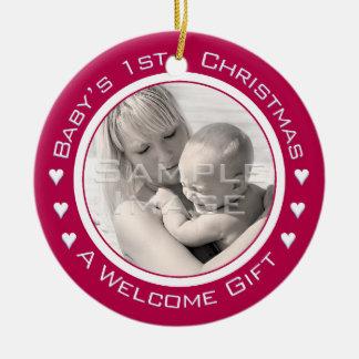 Ornamento rojo de encargo de la foto del 1r adorno navideño redondo de cerámica
