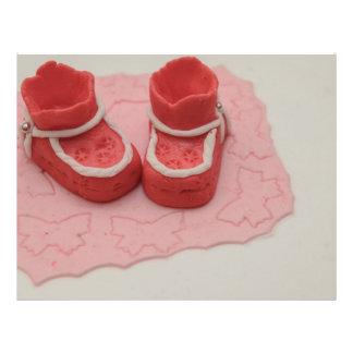 Ornamento rojo de la torta de los zapatos de bebé tarjetas publicitarias