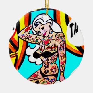 ornamento tatuado de la señora adorno navideño redondo de cerámica