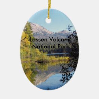 Ornamento volcánico del parque nacional de Lassen Adorno Navideño Ovalado De Cerámica