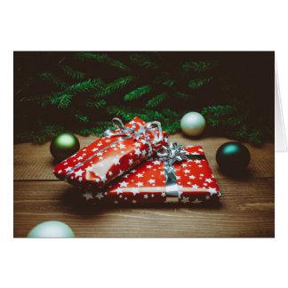 Ornamentos del navidad y tarjeta de los presentes