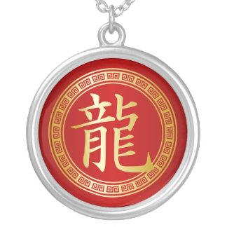 Oro chino del símbolo del dragón en rojo collar plateado