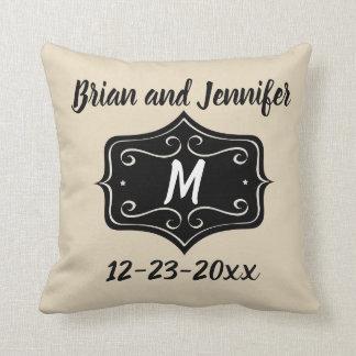 Oro del monograma y almohada negra del boda del