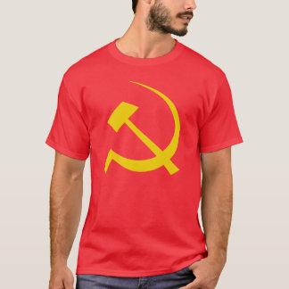 Oro en la camiseta soviética roja del martillo y