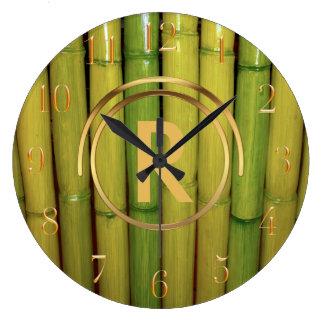 Oro inicial con monograma asiático de bambú verde reloj redondo grande