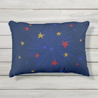 Oro, rojo, estrellas azules, almohada al aire cojín de exterior
