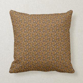 Oro y almohada de tiro marrón clara del modelo de