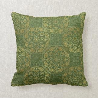 Oro y almohada del celtic del verde