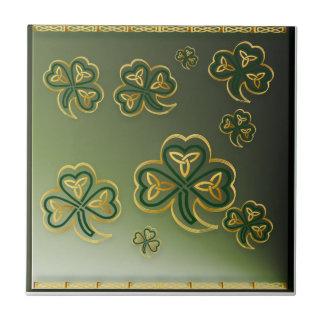 Oro y tejas verdes de los tréboles
