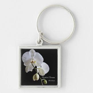 Orquídea blanca en el boda negro llavero cuadrado plateado