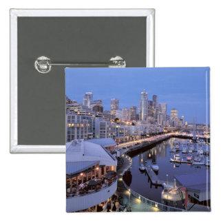 Oscuridad en el puerto de Bell en Seattle, Washing Pins
