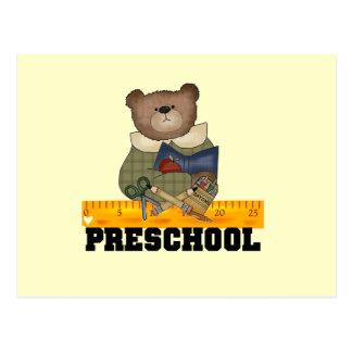 Oso con las camisetas y los regalos preescolares postal