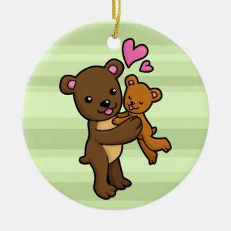 Oso de Brown que abraza el oso del bebé Adorno Navideño Redondo De Cerámica
