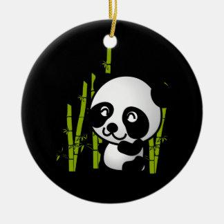 Oso de panda blanco y negro lindo en una arboleda adorno redondo de cerámica
