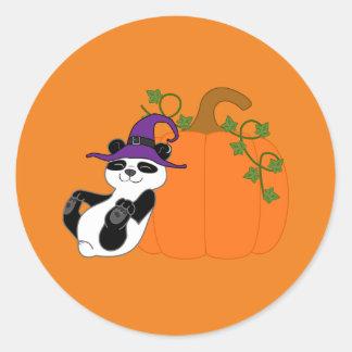 Oso de panda de Halloween con la calabaza Pegatina Redonda