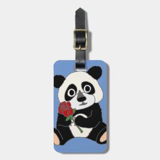 Oso de panda lindo que sostiene el rosa rojo etiquetas para maletas