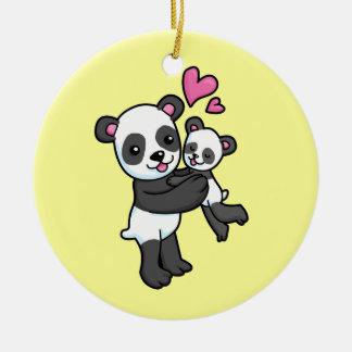 Oso de panda que abraza el oso del bebé adorno navideño redondo de cerámica