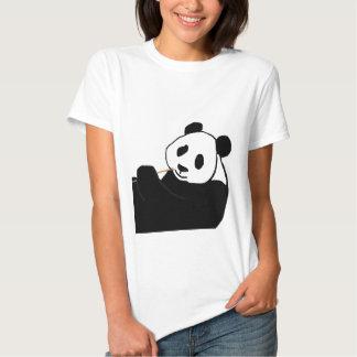 Oso de panda que come la camisa