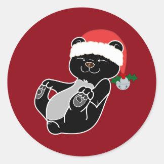 Oso negro del navidad con el gorra y Jingle Bell Pegatina Redonda
