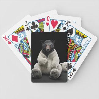 Oso negro que lleva el traje del oso polar baraja cartas de poker