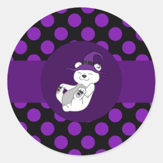 Oso polar con el gorra de la bruja y los puntos pegatina redonda