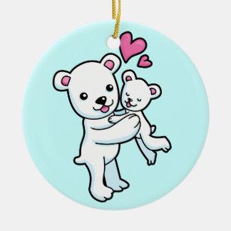 Oso polar que abraza el oso del bebé adorno navideño redondo de cerámica