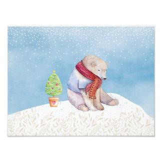 Oso polar y árbol de navidad en la nieve fotos