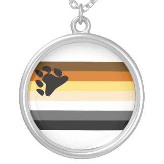 Oso y bandera del orgullo gay de la comunidad LGBT Collar Plateado
