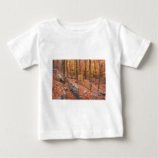 Otoño sobre el rastro camiseta de bebé