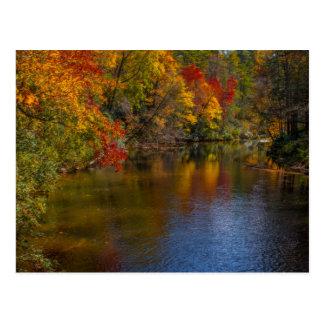 Otoño tranquilo en la postal del río