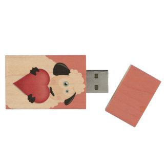 Ovejas lindas que llevan a cabo el corazón del memoria USB de madera