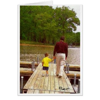 Padre e hijo que caminan en el lago tarjeta de felicitación