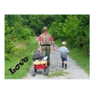 ¡Padre y hijo que vuelven del río/del amor! Postal