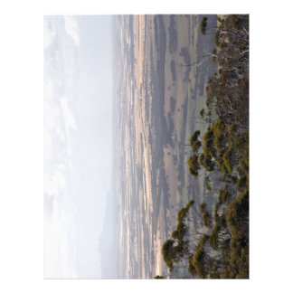 Paisaje contra el cielo nublado folleto 21,6 x 28 cm