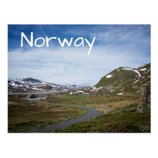 Paisaje de la montaña en la postal de Noruega
