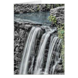 Paisaje hermoso de la cascada tarjetas