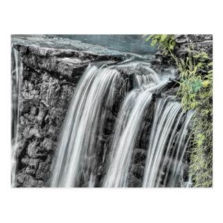 Paisaje hermoso de la cascada postales